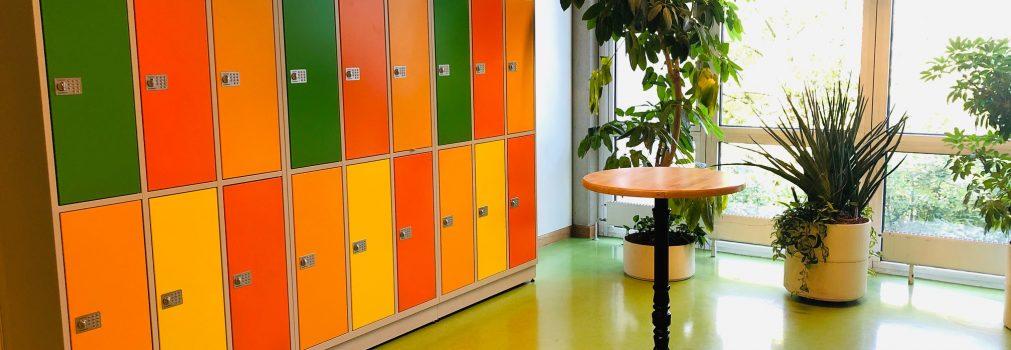 Städtisches Münchenkolleg: Gebäude: Inneres: Flur mit den neuen Schließfächern